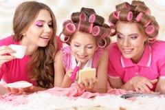 Madre e hijas en bigudíes de pelo Imagen de archivo libre de regalías