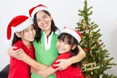 Madre e hijas en la Navidad Imágenes de archivo libres de regalías