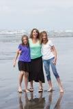Madre e hijas en la playa imagenes de archivo