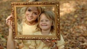Madre e hijas que toman la imagen fotografía de archivo