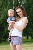 Madre e hijo al aire libre Fotos de archivo libres de regalías