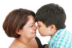 Madre e hijo alrededor a besarse Fotografía de archivo libre de regalías