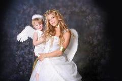 Madre e hijo angelicales Foto de archivo