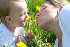 Madre e hijo cariñosos Fotos de archivo