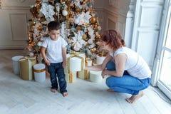Madre e hijo cerca de un árbol de navidad Imagen de archivo