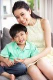 Madre e hijo chinos en casa junto Imagen de archivo libre de regalías