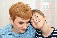 Madre e hijo con comparativo Fotografía de archivo libre de regalías