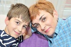 Madre e hijo con comparativo Foto de archivo libre de regalías