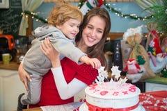 Madre e hijo con la torta del día de fiesta Foto de archivo libre de regalías