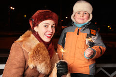 Madre e hijo con los sparklers Fotos de archivo
