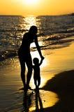 Madre e hijo de la silueta Imagenes de archivo