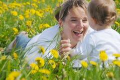 Madre e hijo de risa Imágenes de archivo libres de regalías