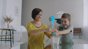 Madre e hijo de risa pasar el tiempo junto que juega en casa en el apartamento Familia feliz Interior brillante del metrajes