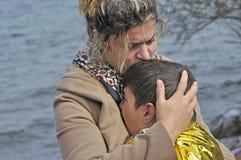 Madre e hijo del refugiado en la playa Lesvos Grecia Foto de archivo libre de regalías