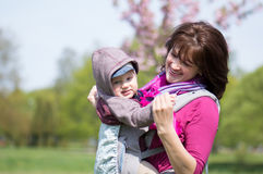Madre e hijo dentro de la honda Imagenes de archivo