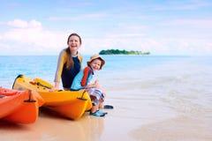 Madre e hijo después de kayaking Imágenes de archivo libres de regalías