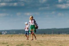 Madre e hijo en aeródromo en Ucrania Imagen de archivo