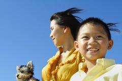 Madre e hijo en azul Foto de archivo libre de regalías