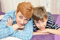 Madre e hijo en cama Fotos de archivo