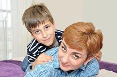 Madre e hijo en cama Imágenes de archivo libres de regalías