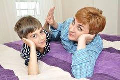Madre e hijo en cama Fotos de archivo libres de regalías