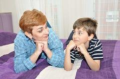 Madre e hijo en cama Imagen de archivo libre de regalías
