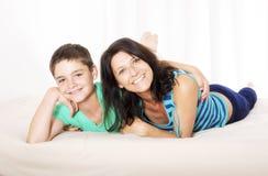 Madre e hijo en cama Fotografía de archivo libre de regalías