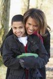 Madre e hijo en caminata del otoño Imagen de archivo