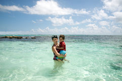 Madre e hijo en el océano Fotografía de archivo libre de regalías