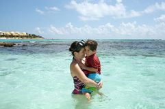 Madre e hijo en el océano Foto de archivo libre de regalías
