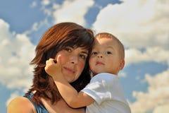 Madre e hijo en grano foto de archivo