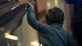 Madre e hijo en la escalera móvil almacen de metraje de vídeo