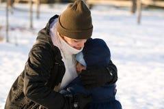 Madre e hijo en la nieve Fotos de archivo