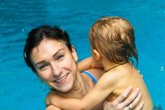Madre e hijo en la piscina Fotografía de archivo libre de regalías
