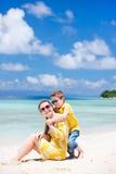 Madre e hijo en la playa Imagenes de archivo