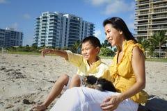 Madre e hijo en la playa Imágenes de archivo libres de regalías