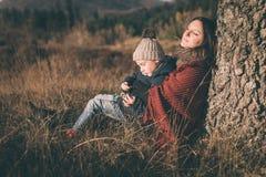 Madre e hijo en naturaleza Fotos de archivo