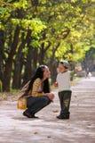 Madre e hijo en parque Fotografía de archivo