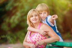 Madre e hijo en parque Imagen de archivo