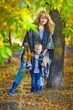Madre e hijo en parque del otoño Fotos de archivo