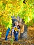 Madre e hijo en parque del otoño Foto de archivo libre de regalías