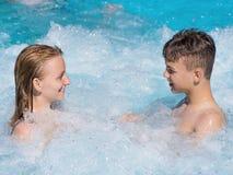 Madre e hijo en piscina Fotos de archivo libres de regalías
