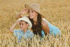 Madre e hijo en un campo del trigo Foto de archivo