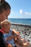 Madre e hijo en una playa imagen de archivo libre de regalías