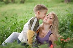 Madre e hijo felices Imagen de archivo libre de regalías