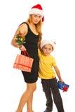 Madre e hijo felices con los regalos Foto de archivo