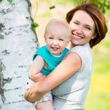 Madre e hijo felices en el campo Imágenes de archivo libres de regalías