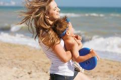Madre e hijo felices en la playa Imagen de archivo