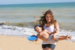 Madre e hijo felices en la playa Fotos de archivo libres de regalías