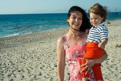Madre e hijo felices en la playa Foto de archivo libre de regalías